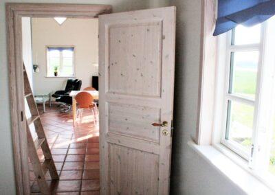 Kig til køkken og stue fra soveværelse