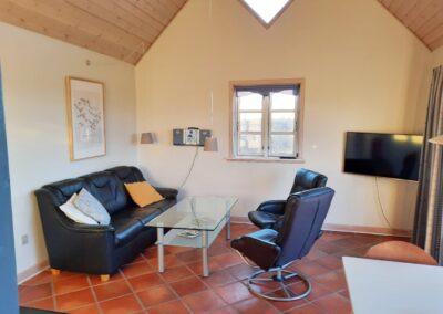 Stue med fjernsyn i sommerhus